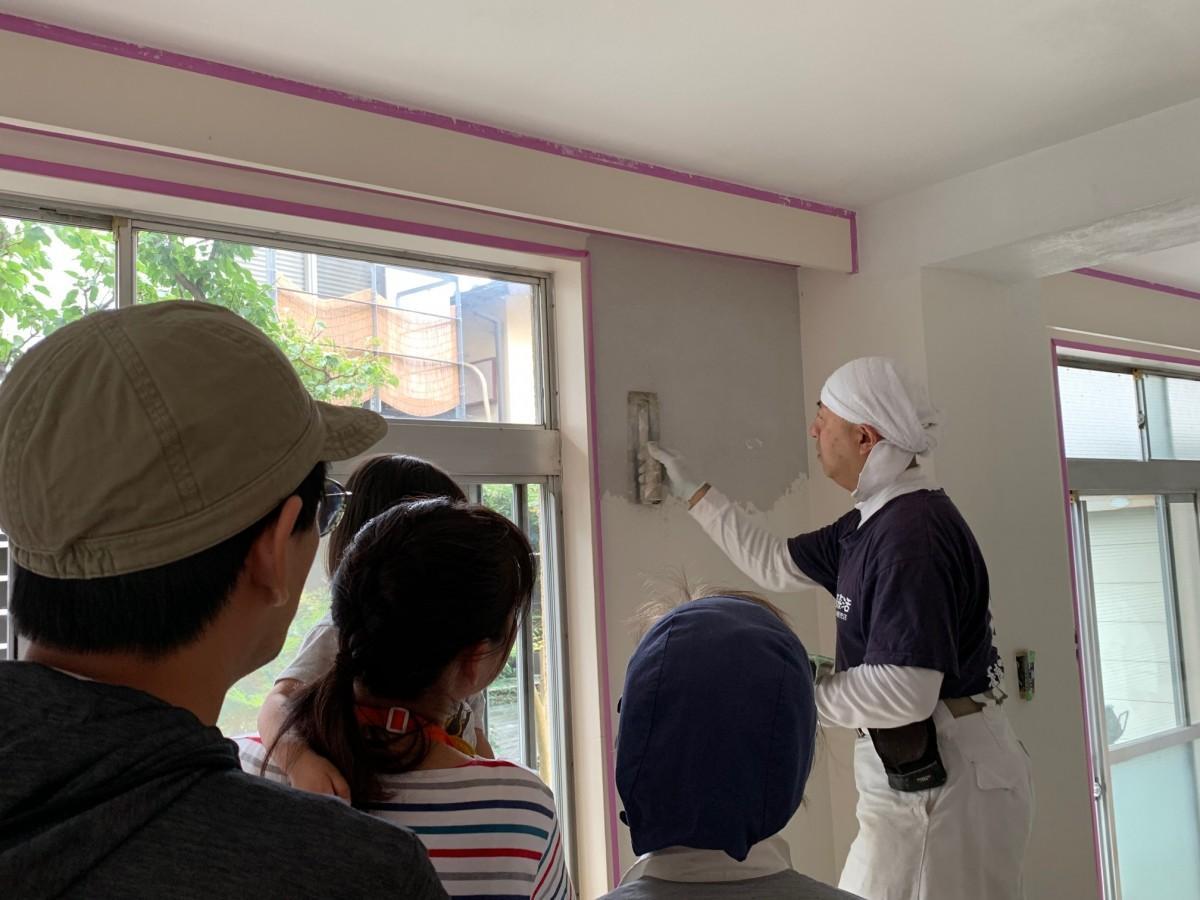 「アートウォール」の道畑吉隆さんによる「塗り壁」の実演