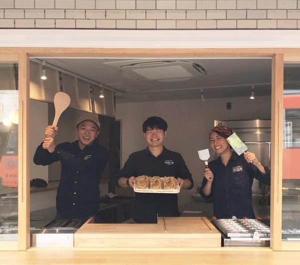 「小倉庵・下高井戸店」の店先とスタッフ