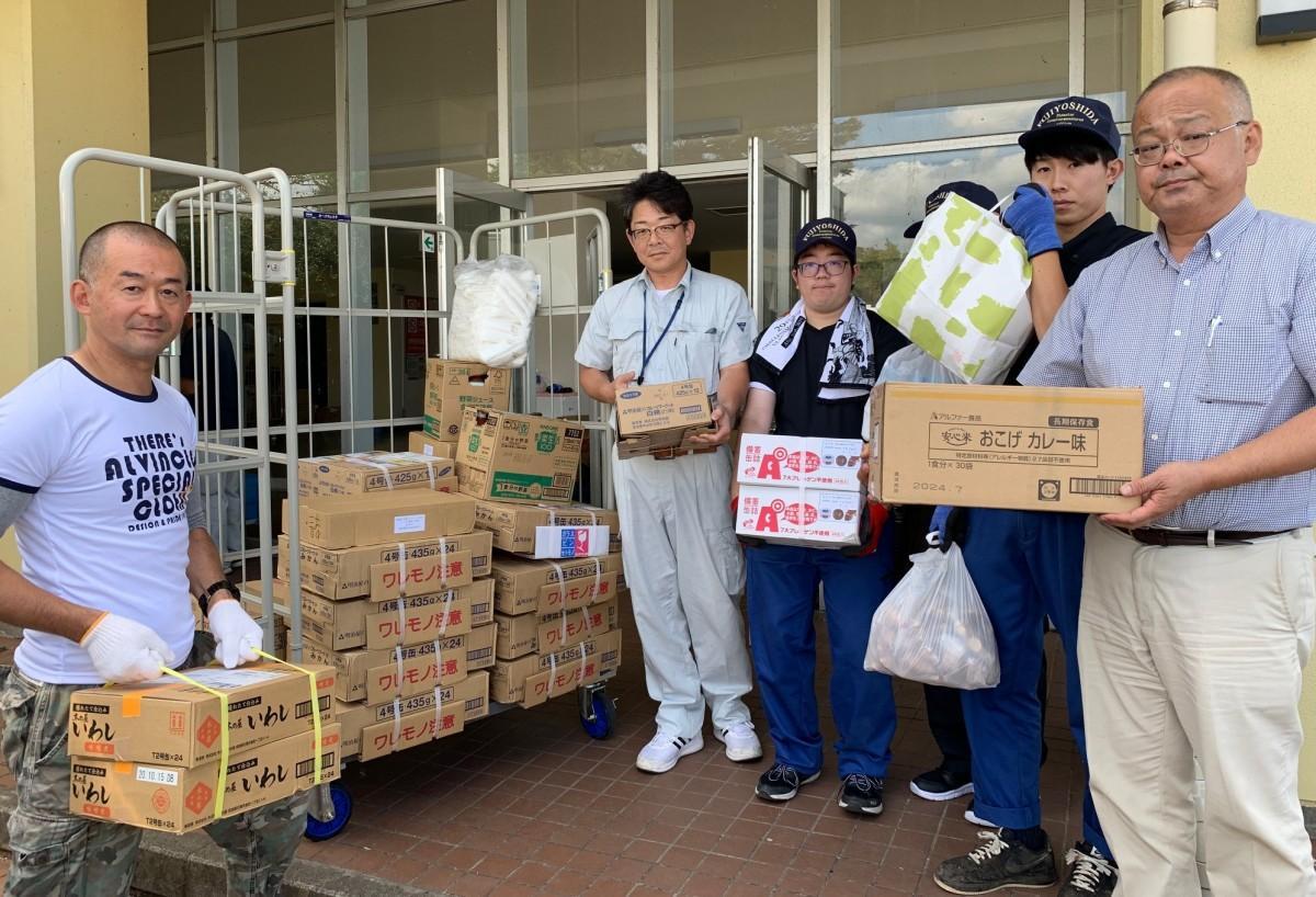南房総市役所に支援物資を届ける石川暁さん(左)と役場職員の皆さん
