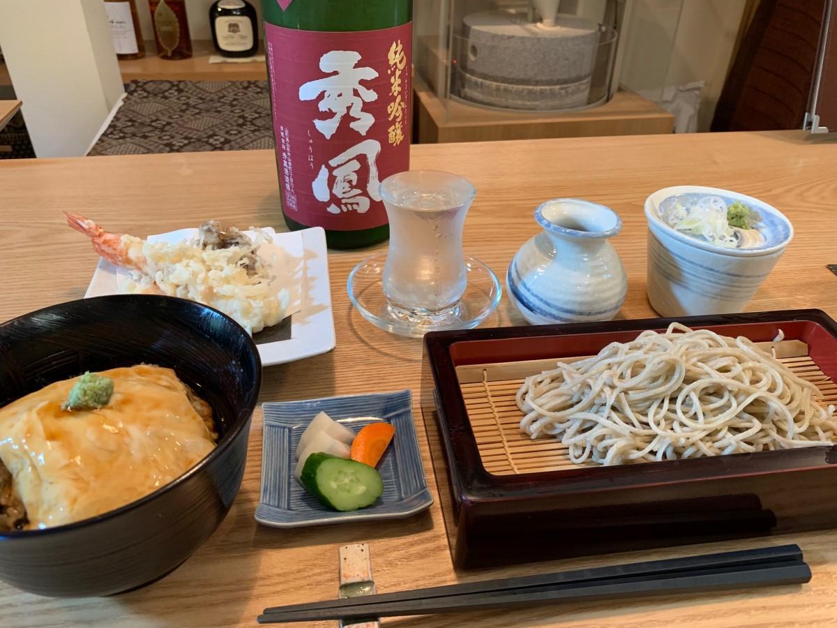 ランチの「蕎麦御膳」(1,800 円)と日本酒「秀鳳」