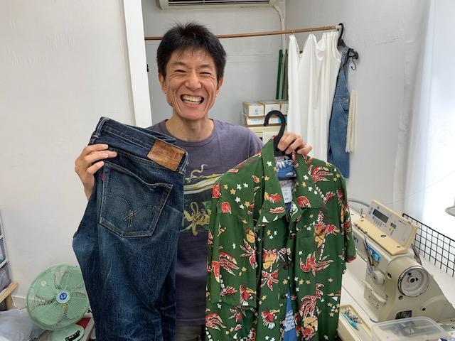 オリジナルのアロハと修理中のジーンズを手にする店主の宮澤伸さん