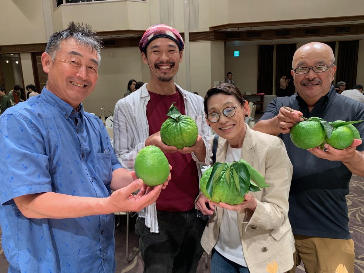 10月14日、高知市内で行われたイベント「2019土佐酢みかん&土佐寿司祭り」を訪れた「きはち」一家。柑橘の生産者・白木浩一さんと
