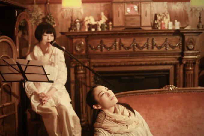 「りくろあれ」公演風景。左が大島朋恵さん、右が水川美波さん