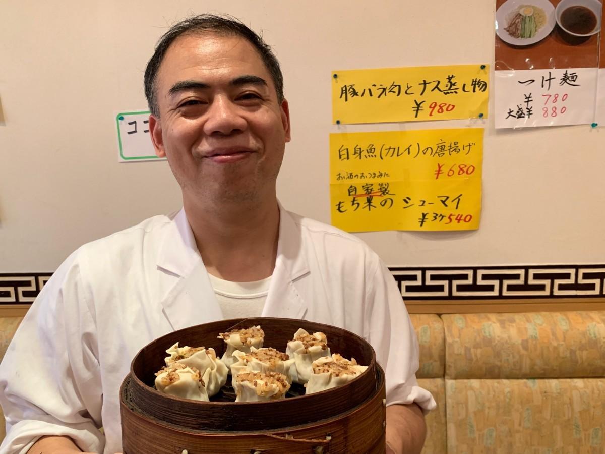 自家製ジャンボもち米入りシューマイ(3個540円)を仕込む店主の陳勇さん