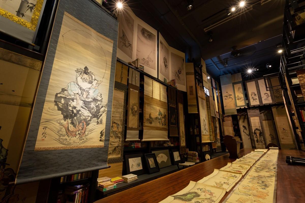 2万冊の本が並ぶ「本楼」空間が、河鍋暁斎151作品の<うつわ>となった。撮影・重本隆