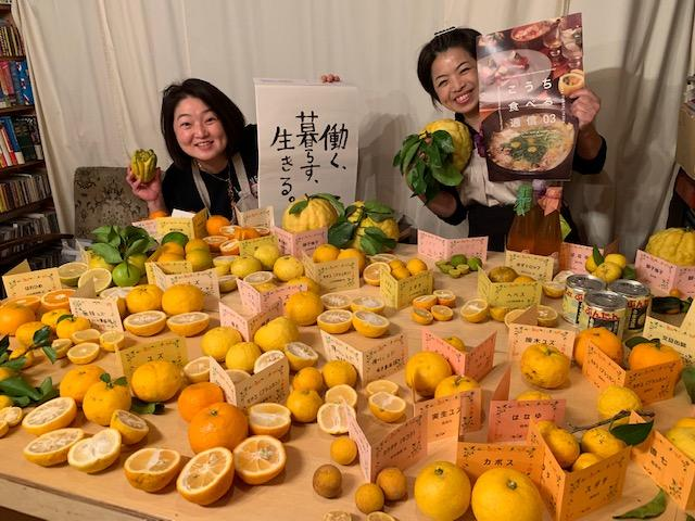 高知からかんきつ21種と薬膳・和食研究家の百田美知さん(右)、イベントを手伝った妹の中村直美さん(左)