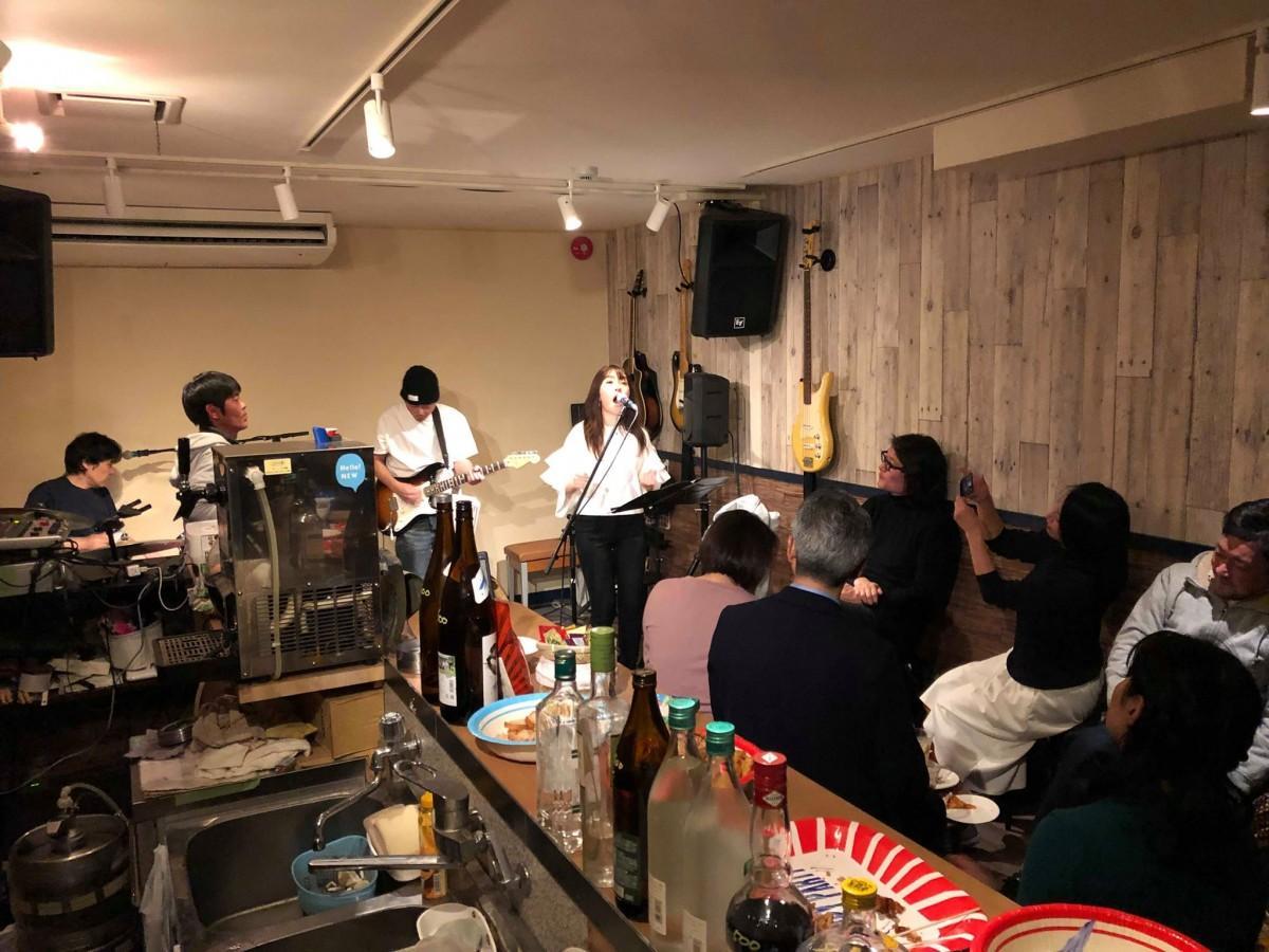 昨年のイベントの様子。ボーカルは石塚裕美さん。