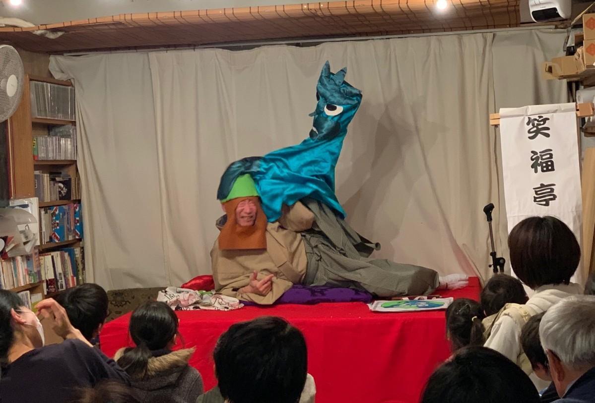 環境保護応援落語「ゴミ怪獣」を熱演して会場を笑いで包む笑福亭鶴笑さん