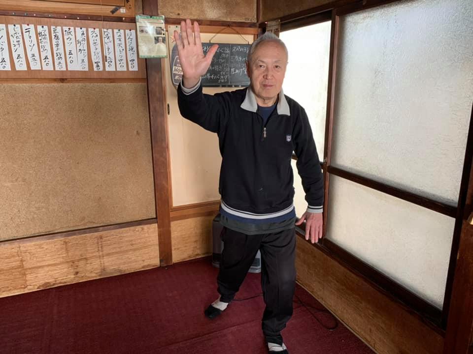 太極拳のポーズをとる「鳥へい」店主の長谷川一平さん