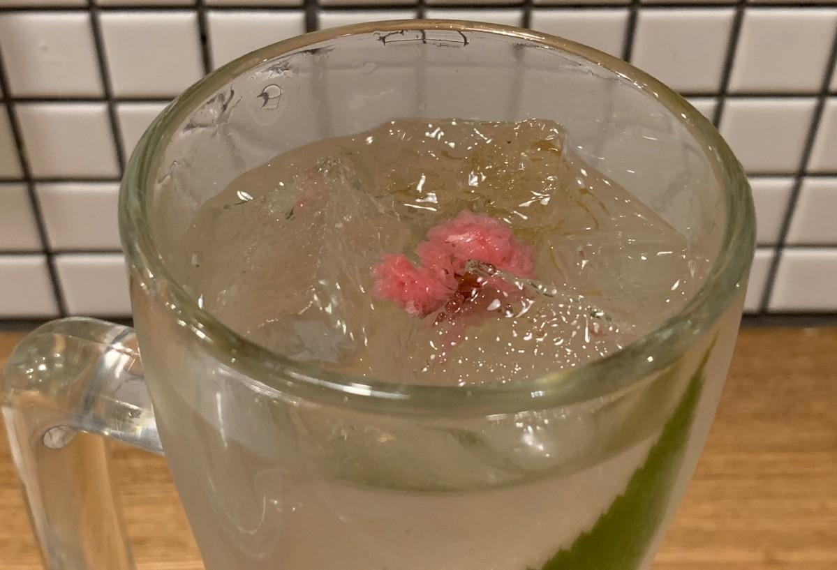 桜の花の塩漬けと桜の葉が入った「桜ソーダ割り」