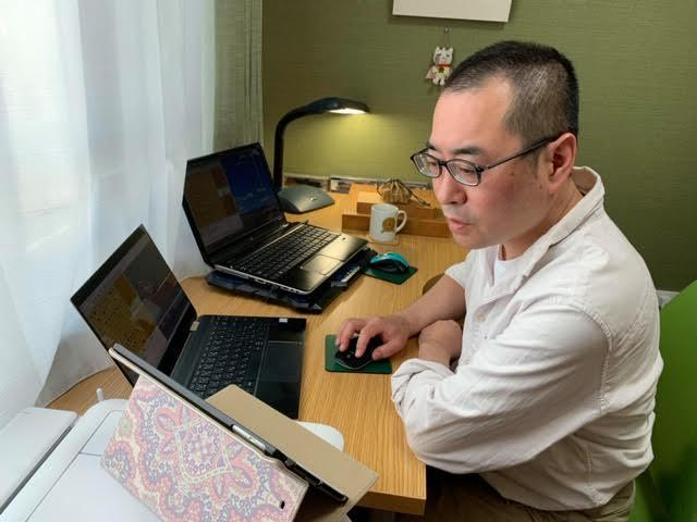 オンラインによる将棋の対局指導中の高野秀行六段