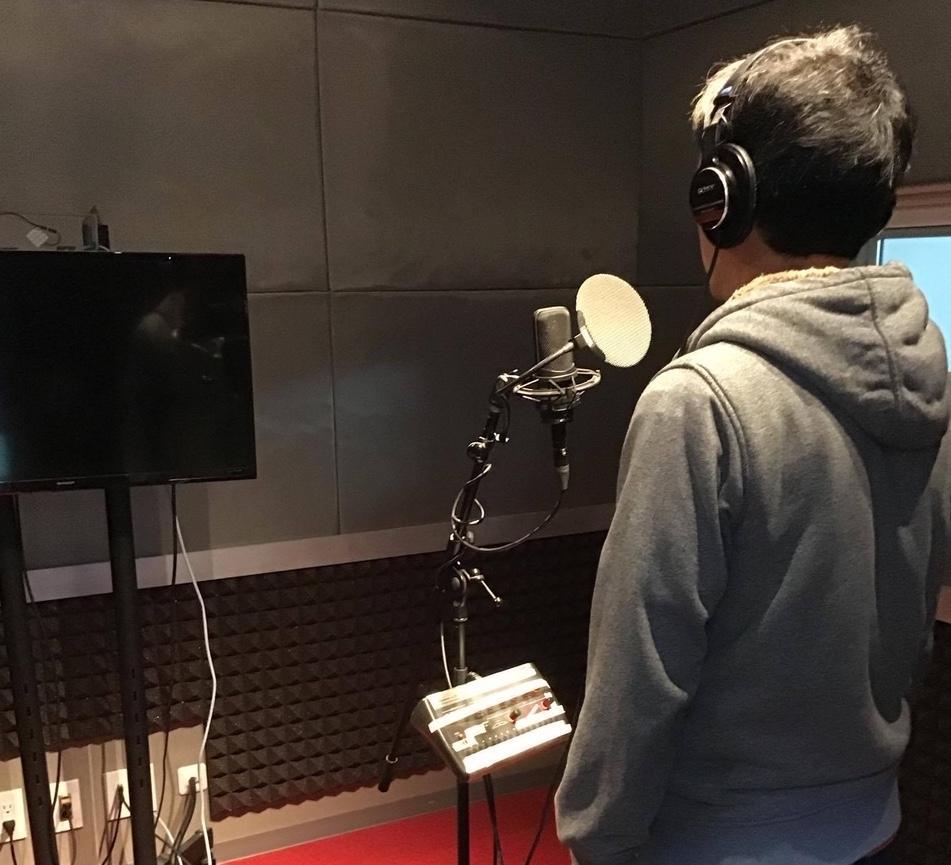 「オフィスチャープ」のスタジオ収録風景。三密を避けて1名ずつ録音を行う。