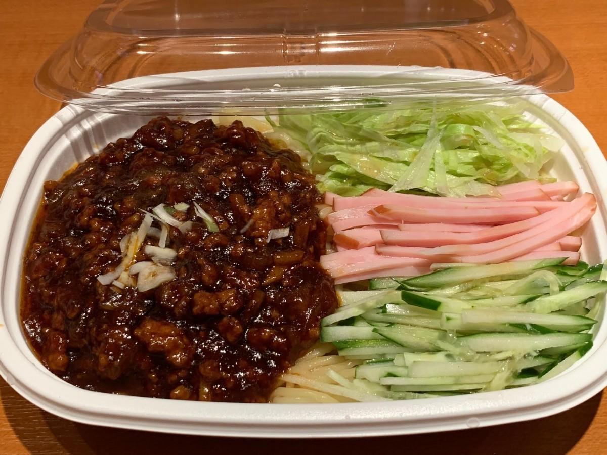 テークアウト 用の「ひき肉みそかけ冷やし麺」(ジャージャー麺)