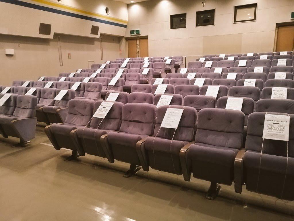 1席ずつの間隔を空けて全64席で運営する下高井戸シネマの館内