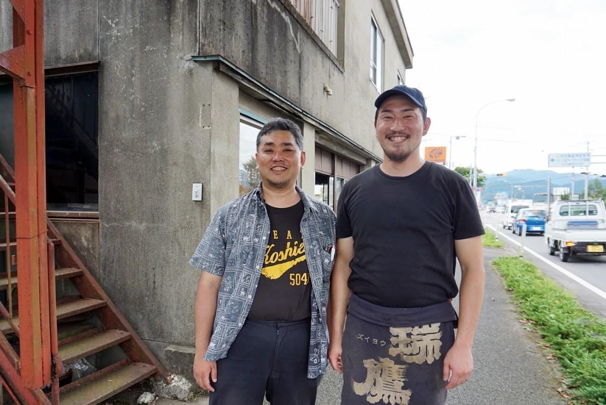 上永哲矢さん(左)と蓑毛(みのも)鍛冶屋・十代目の勇さん。