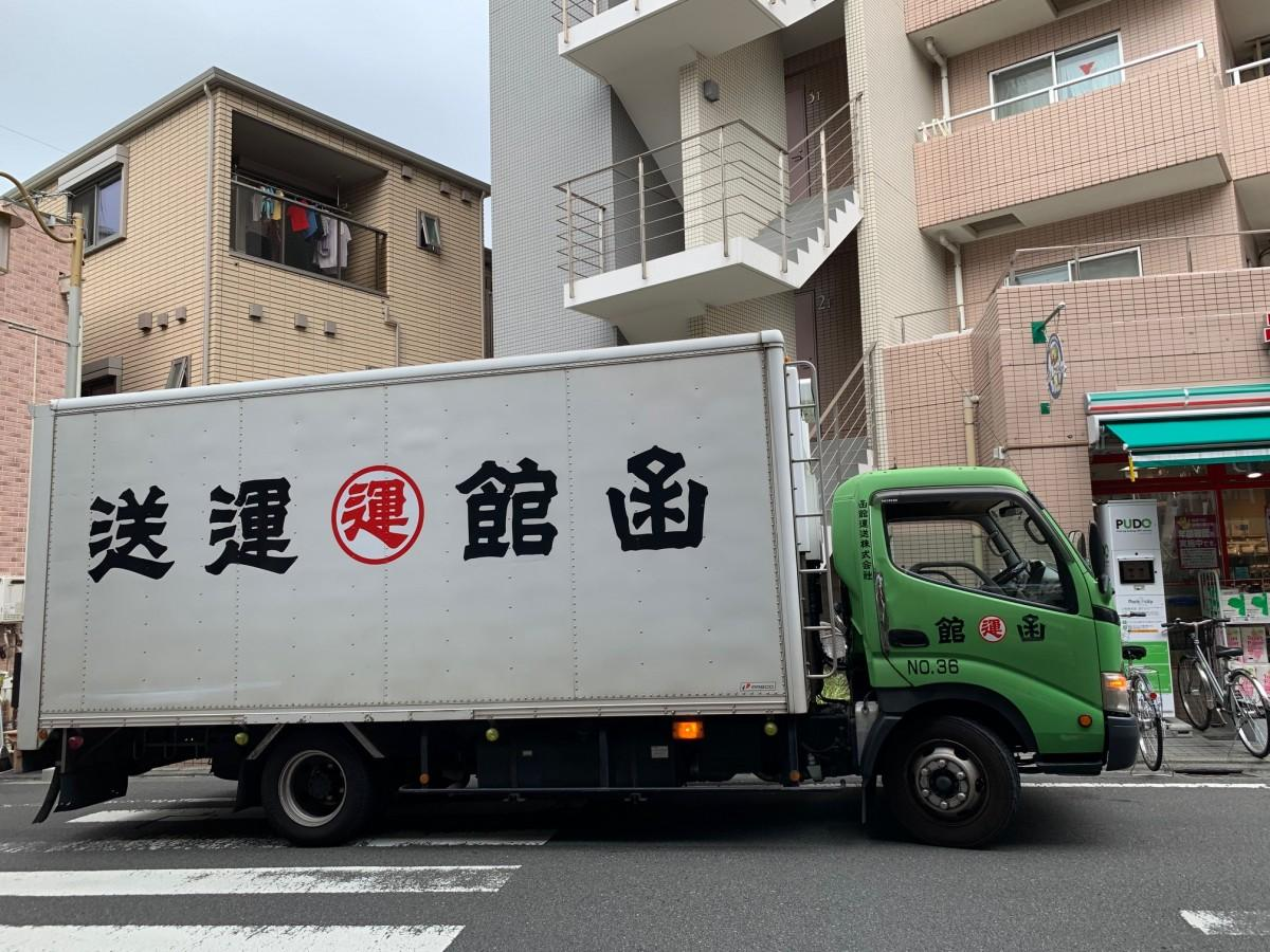 北海道産の小豆100キロを「小倉庵」に届ける函館運送のトラック