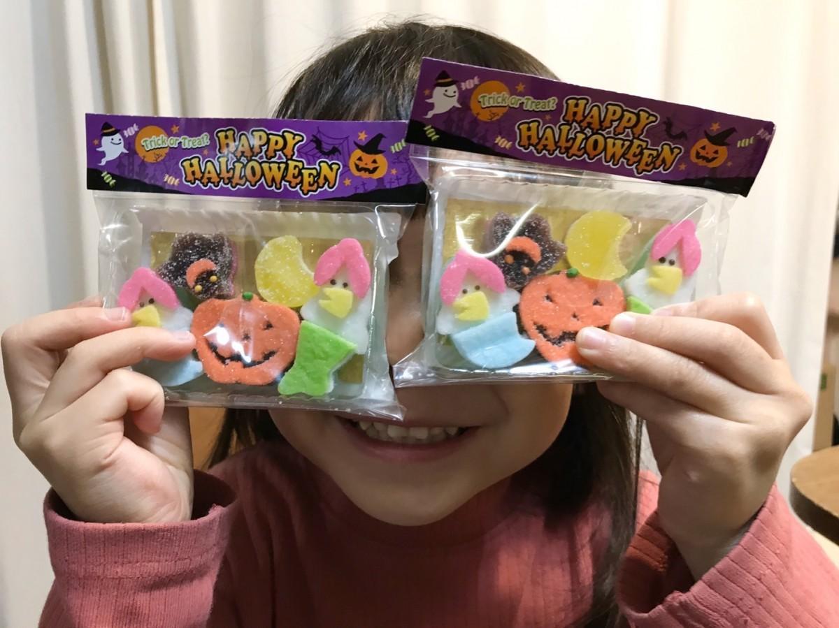 ハロウィーン用の半生ゼリー菓子詰め合わせに喜ぶ保育園児