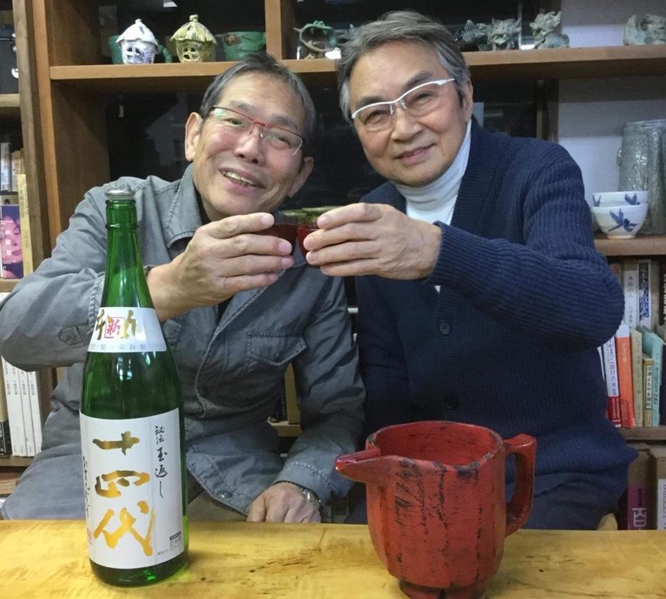 「まだん陶房」の李康則さんと応援に駆けつけた西郷輝彦さん