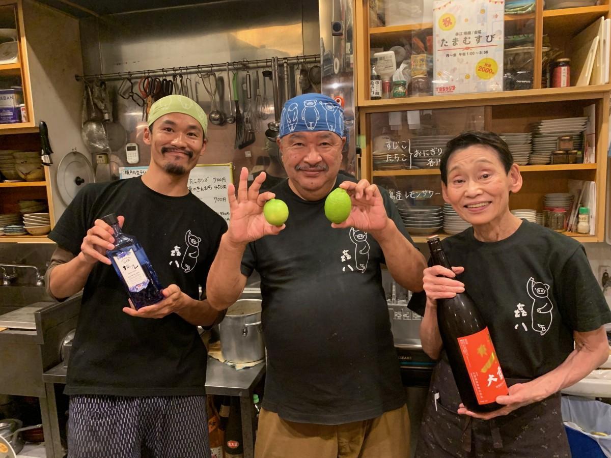 店主の八十島(やそしま)翔さん(左)、父・秀樹さん(中央)、母・恵理さん(右)