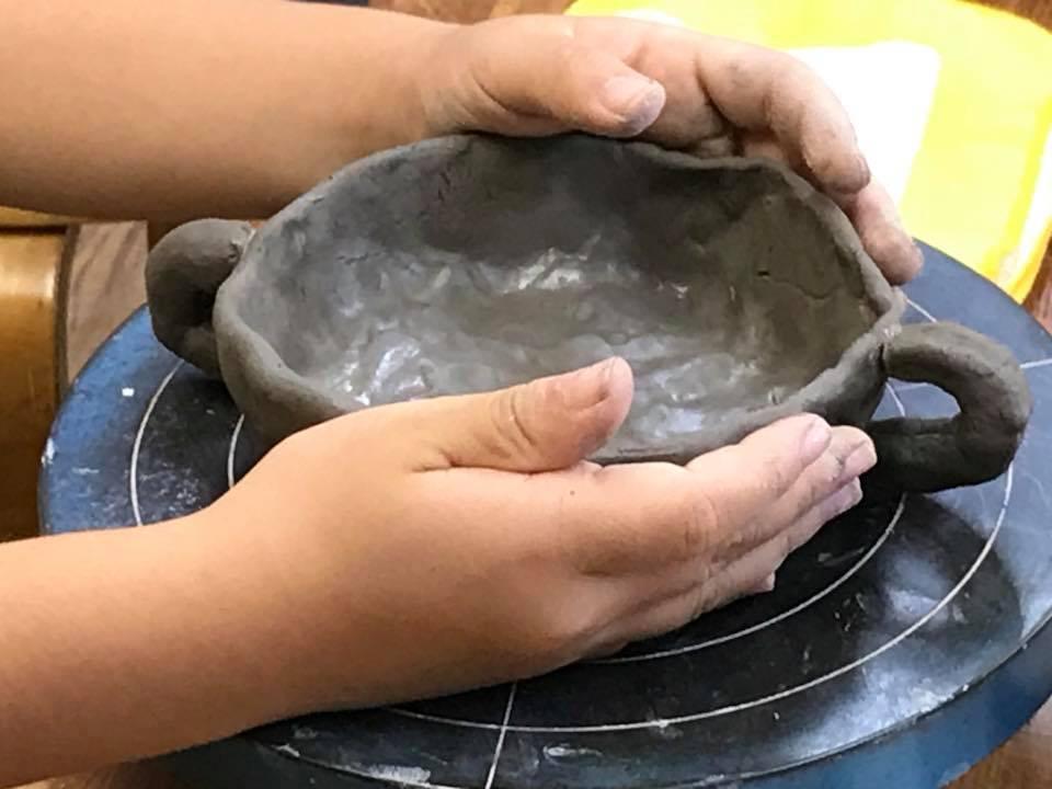 陶芸教室「まだん陶房」で器をつくる小学生