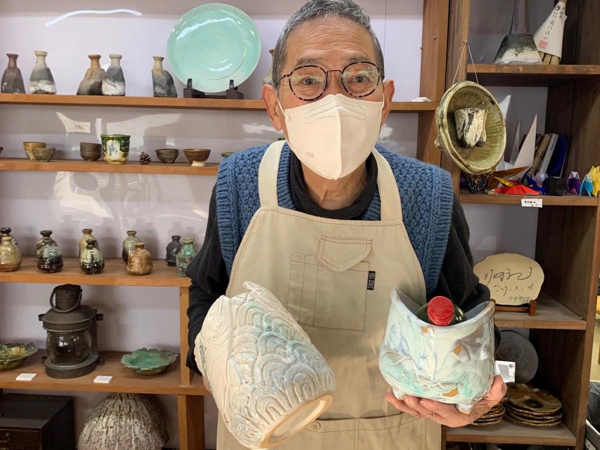 陶芸家の李康則さんとサバをモチーフにしたワインクーラー