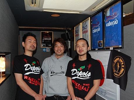 デポイスの事務所は「居酒屋 和気あいあい町田店」にある。店内にはロナウジーニョ選手のサイン入りユニフォームなどを展示。加々美さん(中央)とスタッフの埜崎店長(左)、与那覇副店長(右)。