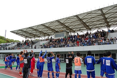 関東リーグ前期第3節では、プロ契約の山口選手が2アシストの大活躍。逆転勝利を収めた。大歓声に応えるゼルビア選手。