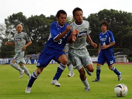 関東1部リーグアシストランキング1位の石堂選手(右から2番目)、同得点ランキング1位の勝又選手(左)。 ©安孫子卓郎