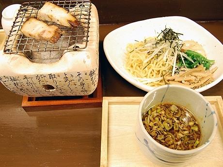 つけ麺「ばんつけ麺」のスペシャル(1,000円)。自分でチャーシューを七輪であぶる。半分ほど食べたところで、つけ汁に焼き石が投入される。