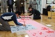 「水で書く」大判用紙-町田の木彫看板制作会社が開発・販売へ