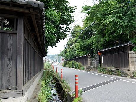 小野路宿通りの道路延長は約500メートル。道路幅員は5メートル未満で歩道がない。