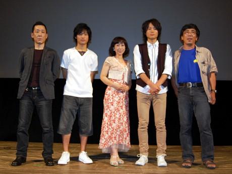 左から福田是久監督、小林祐吉さん、石井めぐみさん、伊藤祐貴さん、山下久仁明さん。帝国劇場でのミュージカルに出演中の大塚ちひろさんは来られなかった。