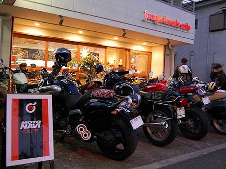ジャングルヘッズカフェ外観。「おいしいコーヒーと食事が楽しめて、店先に停めたバイクを眺められる店」と小林さん。