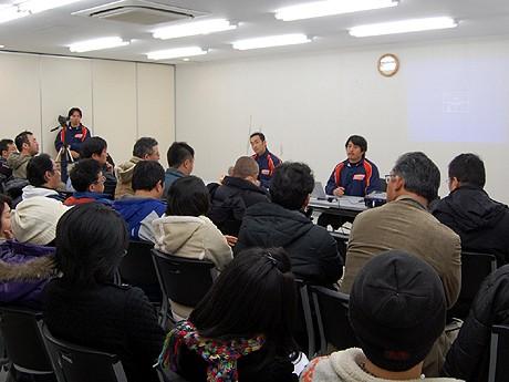 ファンとの初の意見交換会には約60人が参加。代表の石井光暢さん(正面右)がクラブの状況を説明した。