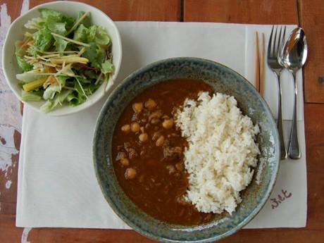 すじ肉を煮込んだスープをベースとした、さっぱりとした味わいが特徴の「ダチョウカレー」と地場産野菜のサラダ