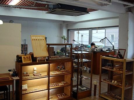 ショップと工房を一つの空間に配置した店内の様子