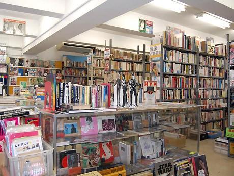 高原書店4階の音楽・演劇フロア。作家原稿も展示販売。