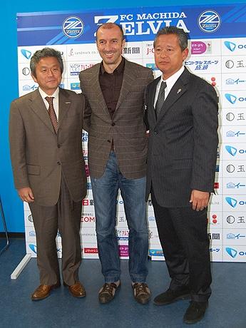 左から、唐井ゼルビアGM、ポポヴィッチさん、下川ゼルビア社長