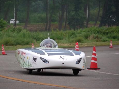 太陽光と燃料電池のハイブリッドカー「オンディーヌ」