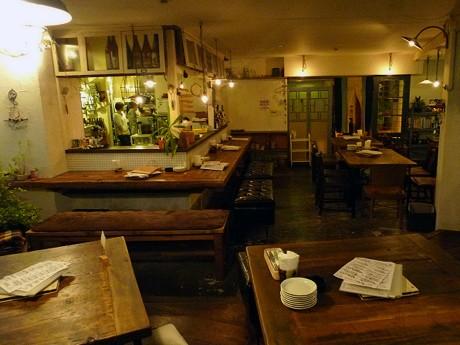 リサイクル家具を使い、手作り感ある優しく暖かい雰囲気で女性に人気の「カフェこたつ」店内