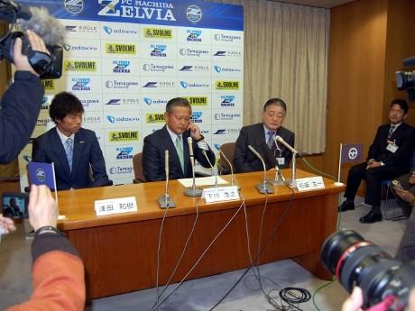 Jリーグ入会の知らせを受けるゼルビアの下川社長(中央)