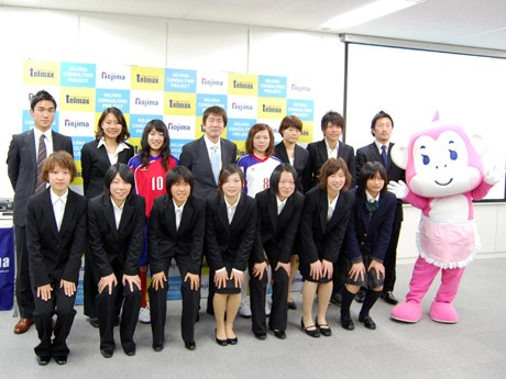 チームスタッフと選手。後列中央が菅野将晃監督。左端はマスコットキャラクター「レディ・もも」。