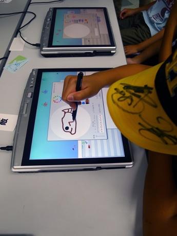 タブレットPCを用いて、文字や数字を使わずにアニメーションやゲームなどを作る。