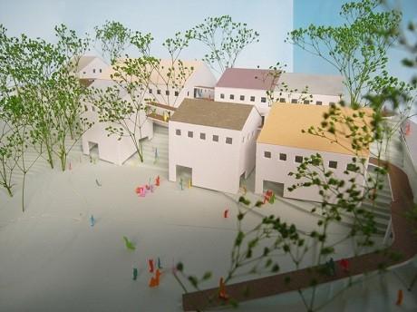 新園舎の計画模型。分棟型の新園舎をスロープがつなぐ