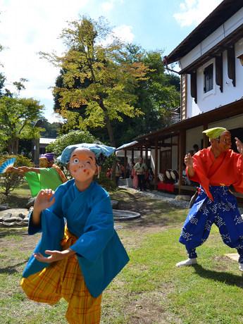 開館初日は、地元のお囃子(はやし)と獅子舞の演舞で来場者をもてなした。