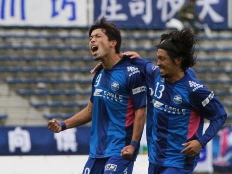 2ゴールを決める活躍の鈴木孝司選手