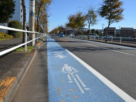 やなぎ通りの自転車レーン。側溝と合わせると1.5メートルの幅員になる。