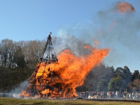 一気に燃え上がるヤグラに大歓声ー町田・多摩境で「どんど焼き」