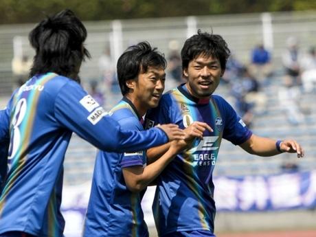 4得点を挙げた鈴木孝司選手(右)
