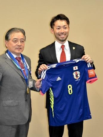 ユニホームやメダルを披露した滝田学さん、石阪丈一町田市長